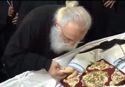 Parintele Nectarie si-a miscat mana in cosciug, inainte sa fie ingropat! Credinciosii ortodocsi cred ca este o minune si un semn de binecuvantare! VIDEO