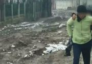 Parintii isi cara copiii in brate pentru a nu fi inghititi de noroaie! Se intampla intr-un oras din Romania! Oamenii sunt disperati, iar autoritatile nu fac nimic!