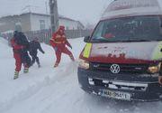 Interventie dificila pentru medicii SMURD in Ialomita! Salvatorii au trebuit sa o ia pe jos, prin nameti, pentru a ajuta un copil bolnav!