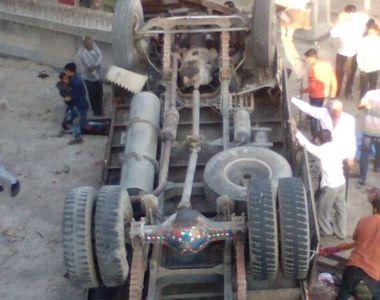 Accident rutier grav cu cel putin 25 de victime, in India. Un camion care transporta...