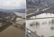 Aproape o suta de pompieri, jandarmi si politisti intervin pentru evacuarea satenilor din Capeni - Inundatiile fac prapad in zona - Ministrul Carmen Dan e la fata locului