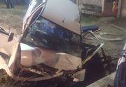 Un tanar a murit, iar altul a fost grav ranit, dupa ce au intrat cu masina intr-un cap de pod