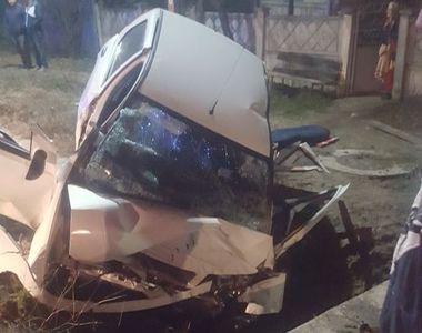 Un tanar a murit, iar altul a fost grav ranit, dupa ce au intrat cu masina intr-un cap...