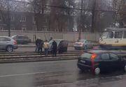 Accident rutier in Capitala! O masina s-a stricat in mijlocul liniei de tramvai