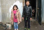"""Andrei si Ioana merg kilometri intregi pe drumuri impracticabile pentru a invata. """"Nu se plang si se multumesc cu putinul pe care il au"""" - Povestea lor te va umple de emotii"""