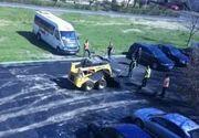 Treaba tipic romaneasca! Cativa muncitori din Craiova s-au pus sa asfalteze un drum, desi era plin de masini parcate!