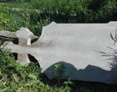 Incredibil. Un baietel de 8 ani a fost strivit de o cruce de piatra din cimitir, dupa...