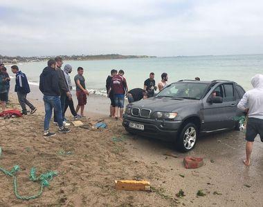 Prostia se plateste! Un sofer care a ramas blocat cu jeep-ul in mare la Vama Veche...