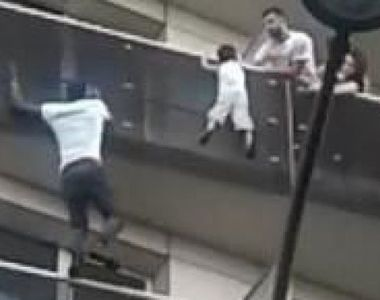 Imagini incredibile! Un tanar fara acte din Mali s-a catarat precum Spider-man pana la...