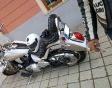 Un barbat din Bucuresti a patruns cu motocicleta in zona pietonala din Piata Sfatului...