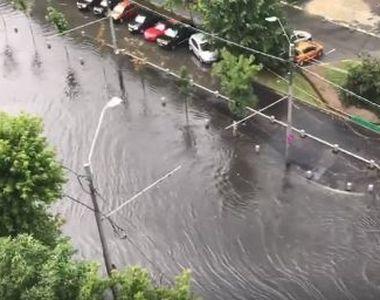 Strazile Bucurestiului s-au transformat in canale navigabile in urma ploilor torentiale!