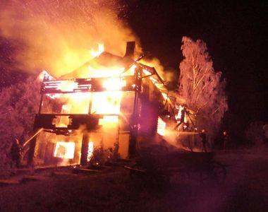 O casa din Breaza a ars pana la temelie, din cauza unui televizor lasat in priza. Focul...