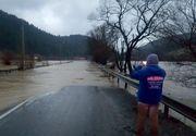 Clipe de cosmar pe un drum din Tulcea! Pompierii au salvat in ultima clipa mai multe persoane din calea viiturii!