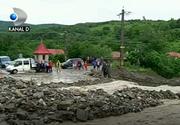 Lacrimi si panica dupa ce ploile torentiale au maturat totul in cale ! In Slanic Moldova oamenii sunt disperati, pentru ca furtuna le-a distrus tot ce au avut