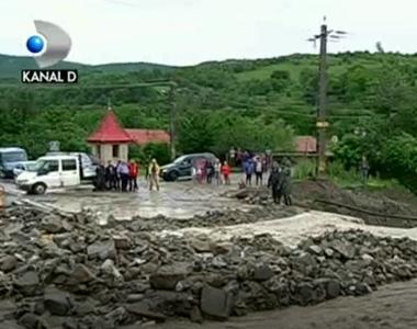 Lacrimi si panica dupa ce ploile torentiale au maturat totul in cale ! In Slanic...