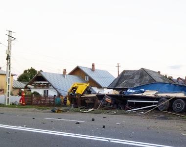 Accident grav la Savinesti! Un TIR s-a izbit de o casa si a rupt teava de gaze. Soferul...