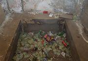 Mizerie de nedescris in interiorul obeliscului lui Horea, Closca si Crisan de la Alba Iulia! Turistii au lasat in celula de la baza monumentului bani, dar si ambalaje si sticle goale