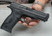 Un barbat a fost prins in timp ce vindea o arma letala in parcarea unui restaurant din Ramnicu Valcea