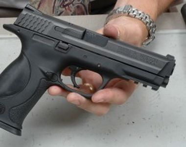 Un barbat a fost prins in timp ce vindea o arma letala in parcarea unui restaurant din...