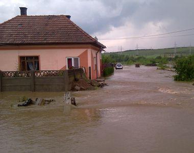 Dezastru in Arad! O ploaie torentiala de cateva minute a blocat un drum national si a...