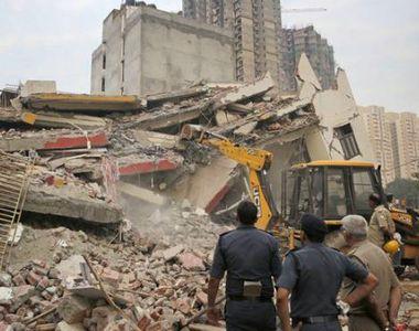 Panica in capitala Indiei! Un bloc de 6 etaje s-a prabusit peste unul de 4 nivele!