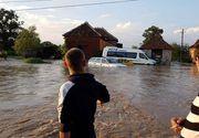Apele s-au dezlantuit in Arad! Zeci de localitati si un drum national, inghitite de apa!
