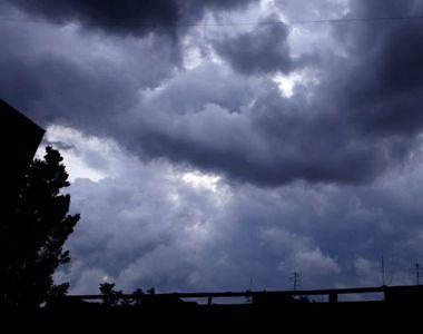 Furtuna de joi seara a facut prapad. 2000 de locuinte au ramas fara curent electric in...