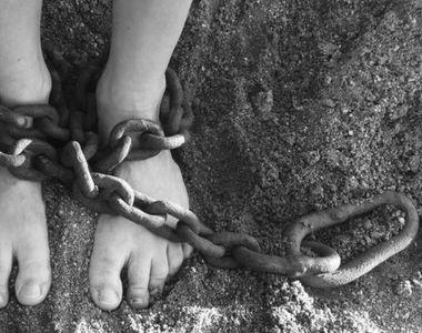 Torturat de proprii parinti! Copilul de 10 ani a fost descoperit tinut in lanturi....