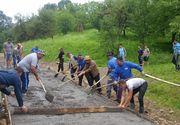 Locuitorii unui sat din Maramures au asfaltat strazile din localitate pe propria cheltuiala. Ce a declarat edilul!