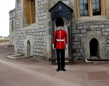 Incident la Casa Regala! Cum a reactionat un gardian de la castelul Windsor dupa ce un...