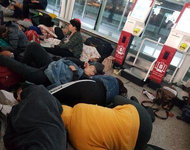 Zeci de romani, in special copii, sunt blocati pe un aeroport din Anglia de aproape o...