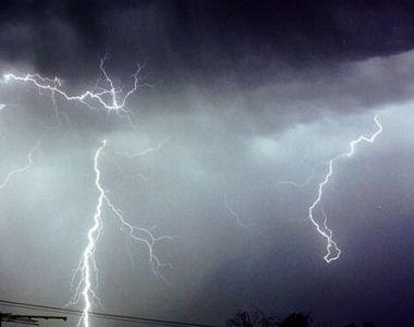 Furtuni puternice lovesc 19 judete! Va ploua fara oprire pana la noapte. ANM a emis cod...