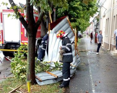Imagini cu dezastrul din Timisoara! O furtuna scurta a smuls acoperisul unei biserici...