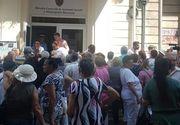 Sute de pensionari s-au calcat in picioare in fata sediului Directiei de asistenta sociala din Capitala! Motivul e halucinant!