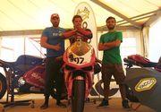 """Cine este """"Sinner"""", noua vedeta a circuitului moto din Romania? Canta intr-o trupa rock, e MC si ii face concurenta lui Catalin Cazacu!"""
