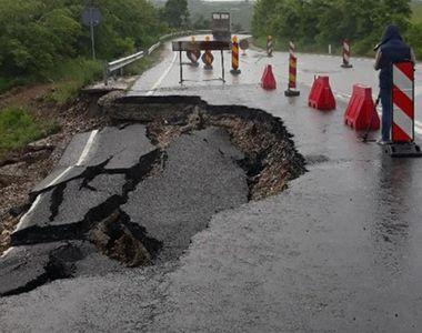 Un crater adanc de doi metri s-a format pe o strada din Brasov, in urma unei avarii la...