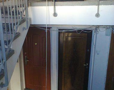 Un tanar din Pitesti a fost gasit mort in scara blocului. Vecinii cred ca ar fi cazut...