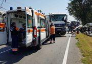Accident cumplit la Arad. Un barbat a murit pe loc dupa ce un camion si un microbuz s-au ciocnit frontal. Traficul este complet blocat