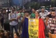 "Mitingul diasporei: Protestatarii din Piata Victoriei au aprins lanternele telefoanelor mobile la ora 21.00 si au strigat ""Demisia!"""