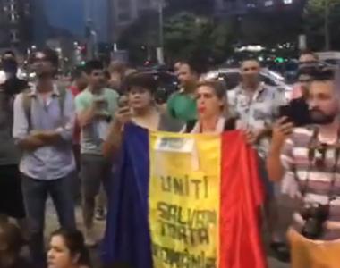 Mitingul diasporei: Protestatarii din Piata Victoriei au aprins lanternele telefoanelor...