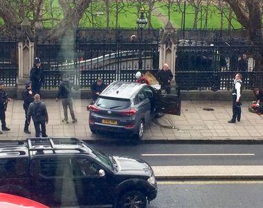 O masina a intrat in barierele de securitate ale Parlamentului din Marea Britanie!