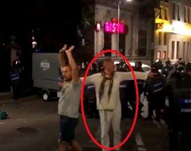 """Jandarmul in alb"" din Piata Victoriei semneaza o lucrare despre..."