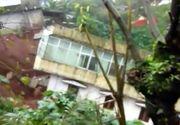 Imagini socante in India! O casa cu trei etaje a fost luata de viitura!