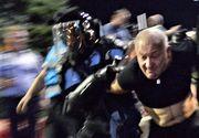 VIDEO Medicul pensionar care acuza jandarmii ca l-au batut, filmat in timp ce ataca fortele de ordine!