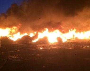 Incendiu puternic la o fabrica de mase plastice din Ialomita. Flacarile ameninta casele...