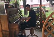 El este Ernest, un oradean crescut la casa de copii care canta dumnezeieste la pian