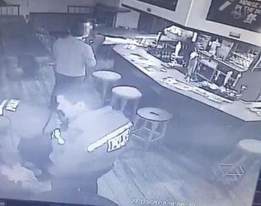 Scene teribile intr-un bar! O femeie a fost luata la bataie de catre politisti in timp...