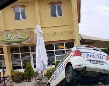 Accident spectaculos in Timis, dupa ce o masina de politie s-a rasturnat intr-un sant