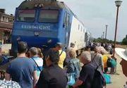CFR a vandut 500 de bilete pentru un tren cu un singur vagon! Calatorii au blocat garnitura in gara