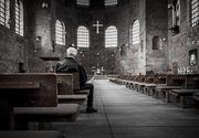 Un barbat, care facea lucrari de renovare in interiorul unei biserici, a cazut de pe schela. Barbatul de 60 de ani se afla in coma